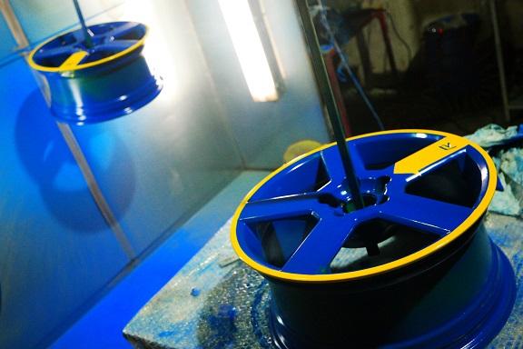 Фото процесса покраски дисков в Красноярске